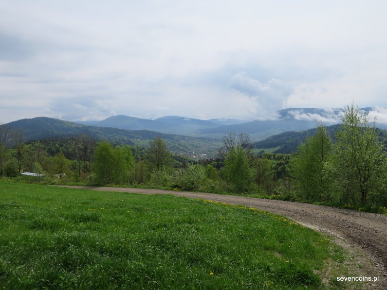 Z lewej Wierzbanowska Góra, podejście na Lubomir