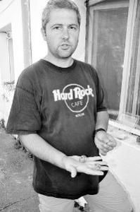 Георги Иванов, ръководител на екипа, показва част от намерените бронзови предмети.