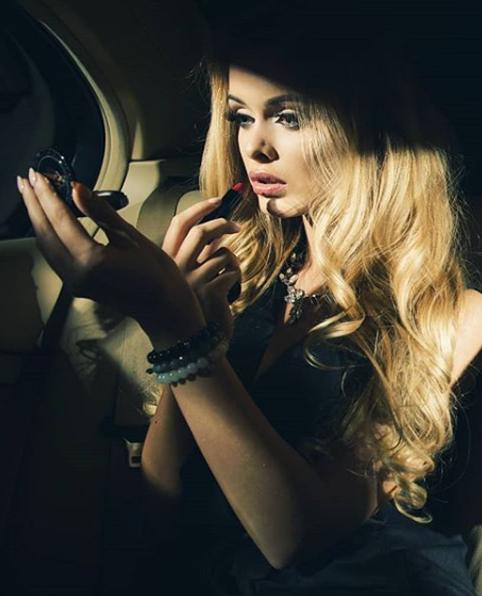 mujer con pulseras seviatelle