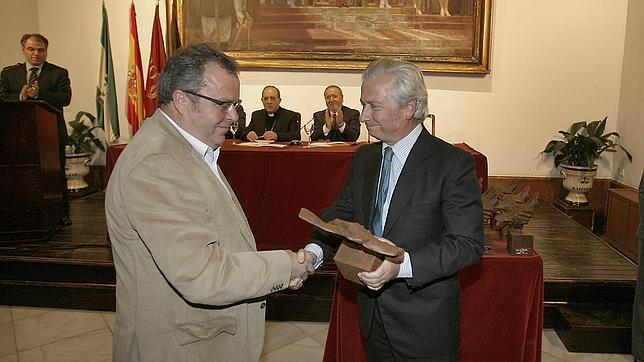 Romualdo Maestre recibió el premio «Lux et Veritas», que otorga la Fecapa