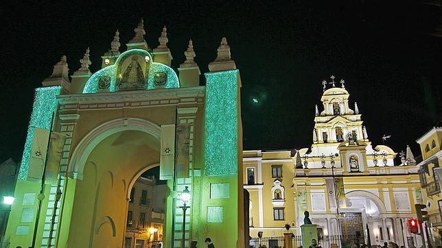 La controvertida iluminacin navidea del Arco de la Macarena