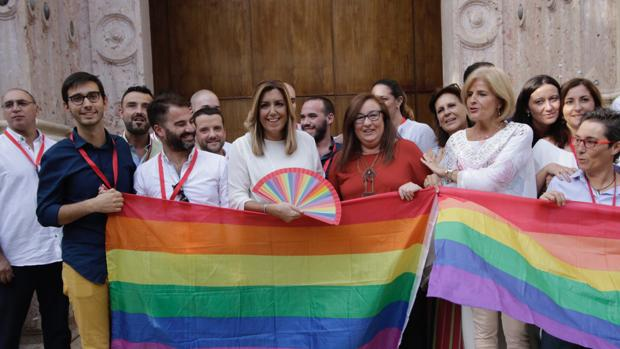 Colectivos LGTBI posaron con la presidenta y diputados, entre los que se encontraba Esperanza Oña