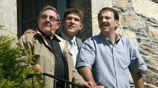Raúl Castro Ruiz acompañado por su hijo y su nieto, durante su visita en 2005, a Láncara (Lugo)
