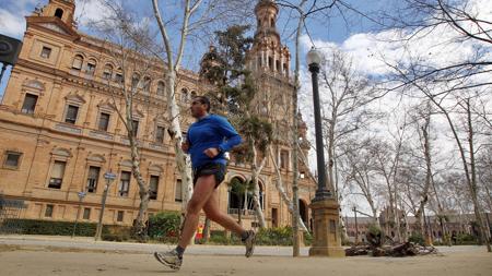 Un corredor por la Plaza de España