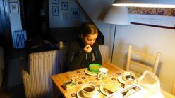 Lucía desayunando antes de ir a esquiar con su Club Sierra Nevada Natura Ability
