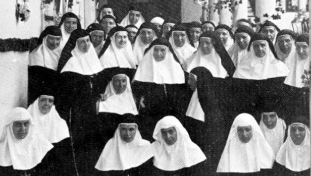 Bodas de oro de la Compañía de la Cruz, con Santa Ángela en el centro, cuando tenía 79 años