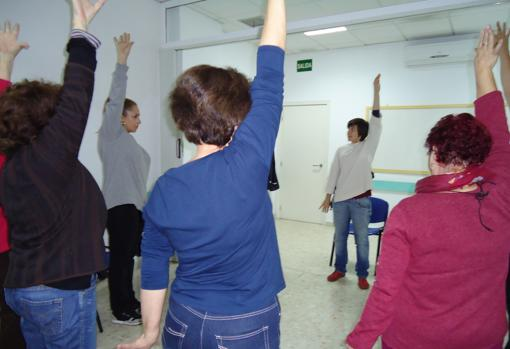 Enfermas de fibromialgia realizando ejercicios físicos