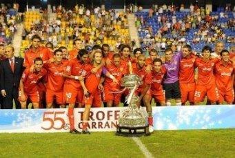 El Sevilla con su última conquista, el Trofeo Carranza 2009/SevillaFC