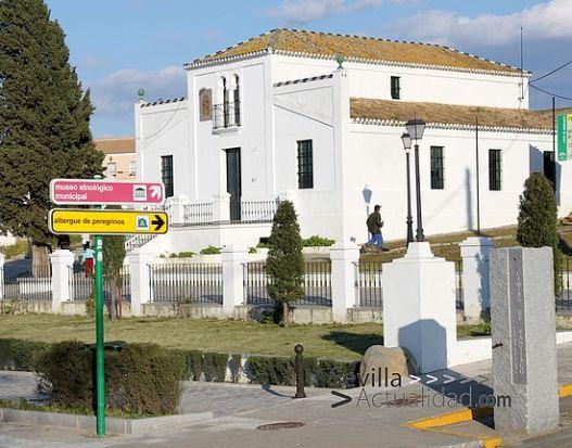 Miliario e indicador del primer Albergue  de Peregrinos de la Vía de la Plata junto a la Casa de la Sierra / Juan  C. Romero