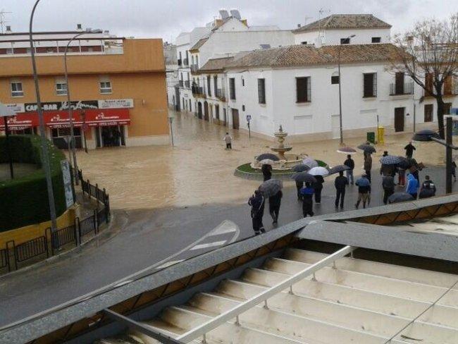 El nivel del agua sigue anegando las calles de Écija / @arturoaveri (Twitter)