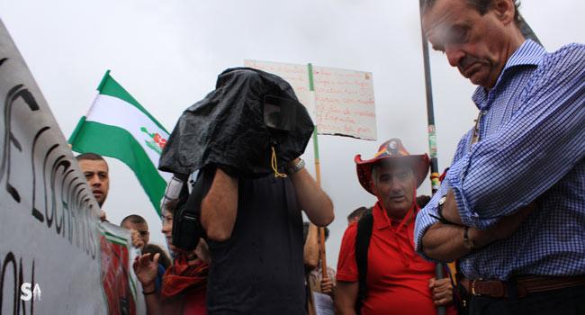 Mario Conde se planta ante la marcha del Sindicato Andaluz de Trabajadores (SAT) que pretendía avanzar para ocupar la finca Los Carrizos, parte de la cual saldrá a subasta este miércoles por orden de la Audiencia Nacional / Juan Carlos Romero
