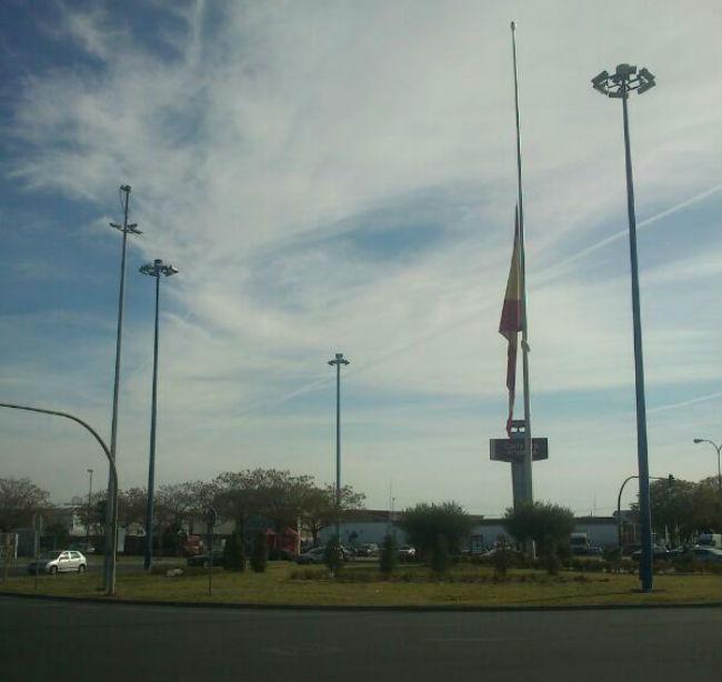 bandera los arcos media asta