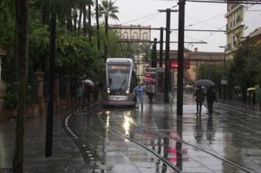 Sevilla_tram_in_the_rain