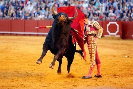 Sevilla. 8 abril 2016. Jesus Moron. Toros en Sevilla Feria de Abril. Matador Julian Lopez 'El Juli'. Quinto toro.