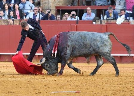 carlos marquez/13/04/2016 sevilla/andalucia toros/feria de abril/12ª de abono/ paco ureña en su 2º.