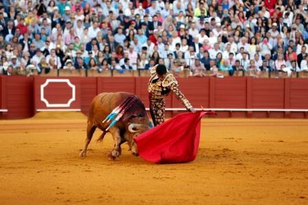 Sevilla. 14 abril. 2016. Jesus Moron. Toros Feria de Abril. Jose Maria Manzanares en el quinto. Toros de Nuñez del Cuvillo.