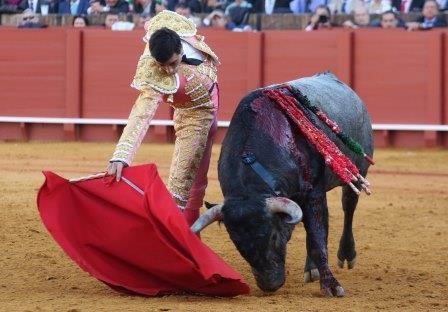 carlos marquez/13/04/2016 sevilla/andalucia toros/feria de abril/12ª de abono/ paco ureña en su 1º.
