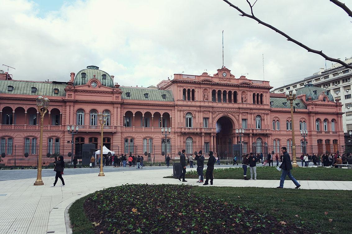 Olha a Casa Rosada com um monte de turista!