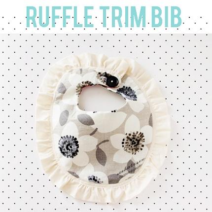 Free pattern: Ruffle trim baby bib
