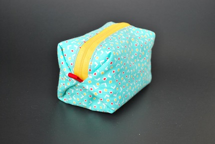 Tutorial: Pouf Zippy Pouch with folded boxed corners
