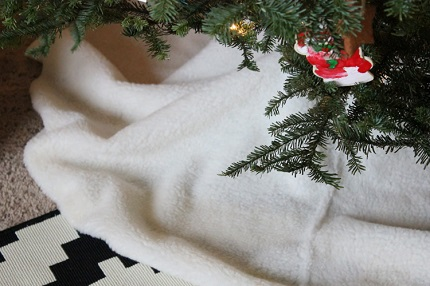 Tutorial: No-sew sherpa Christmas tree skirt