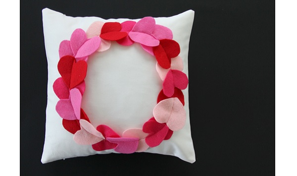 Tutorial: Felt heart wreath pillow