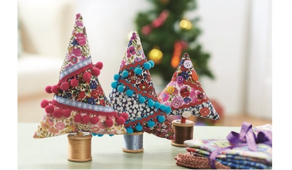 Tutorial: Fabric Christmas trees with pom pom decorations