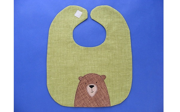 Free pattern: Adorable bear baby bib
