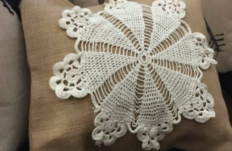 Tutorial: Doily and burlap pillow
