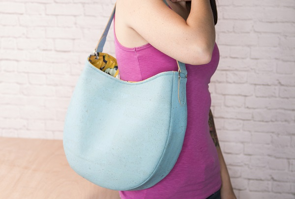 Video tutorial: Sew a simple leather hobo bag