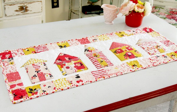 Tutorial and pattern: Little houses patchwork table runner