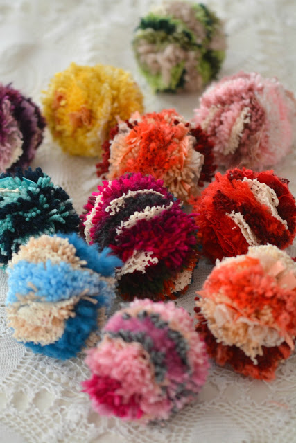 Tutorial: Boho multicolor yarn pom poms