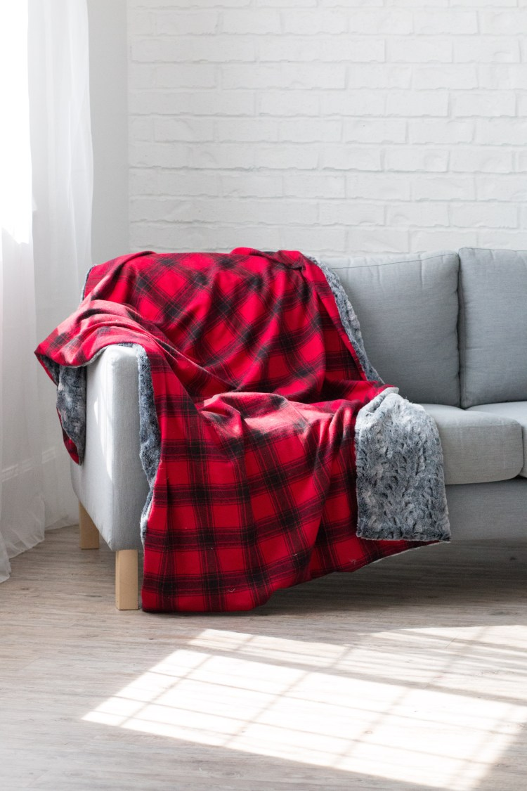 Sewing tutorial: Easy flannel and fur blanket