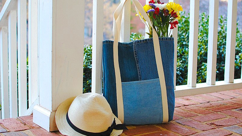 Sewing tutorial: Denim tote from upcycled jeans