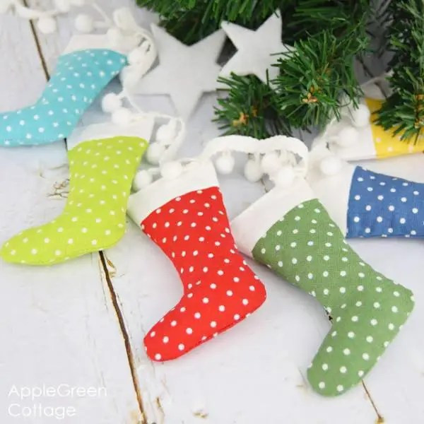 Free pattern: Mini Christmas stocking garland