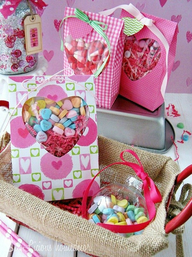 A Heart Window Valentine Treat Bag at sewlicioushomedecor.com