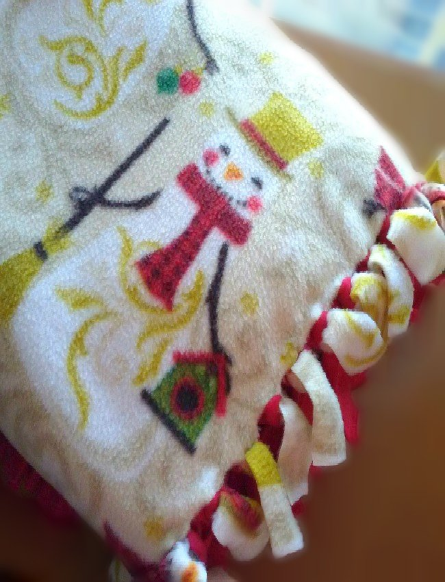 Easy Christmas Snowman Fleece No Sew Blanket by sewlicioushomedecor.com