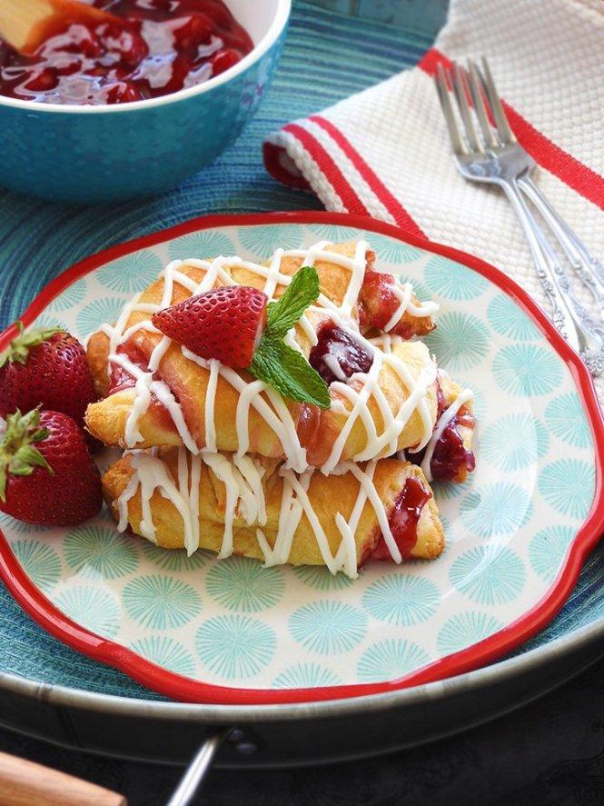 Strawberry Cream Cheese Crescent Rolls at sewlicioushomedecor.com