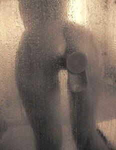 девушка мастурбирует фаллоимитатором в душе