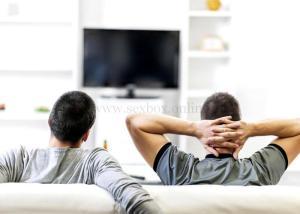 Двое мужчин смотрят домашнее порно видео и возбуждаются