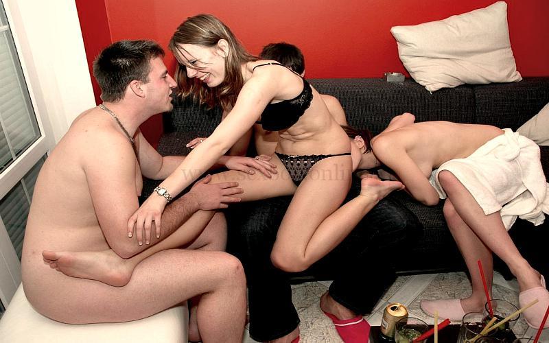 Фото: обмен партнерами для ласк перед сексом со своим мужем в другой комнате