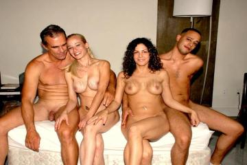 Фото: красивые свингеры. 2 пары перед семейным сексом