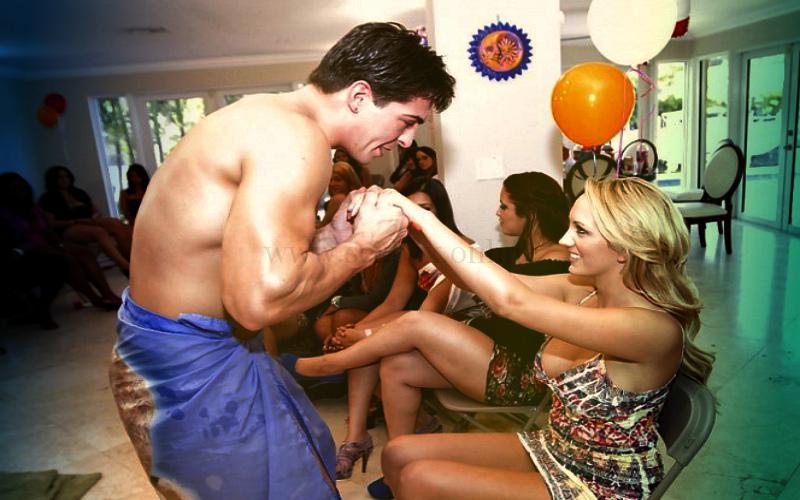 Фото: активный ведущий на секс-вечеринке: организует оргию, успокаивает стеснительных
