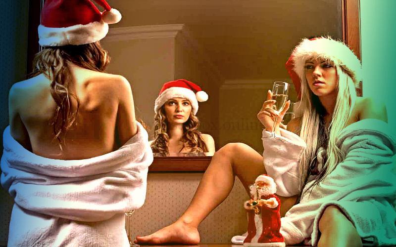 Девушки в новогодних шапочках готовятся к сексу
