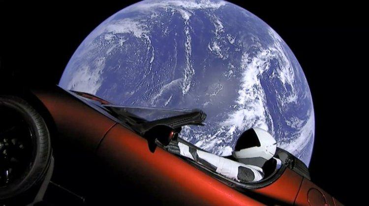 Το κατακόκκινο αυτοκίνητο της Tesla θα προσγειωθεί στη Γη σε 1.000.000 χρόνια!