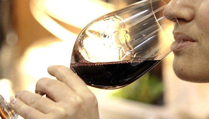 Νέα μελέτη ανατρέπει τα δεδομένα για όσους πίνουν κρασί