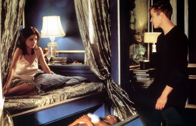 Gellar looking hot in her underwear on her bed, trying to seduce Philippe