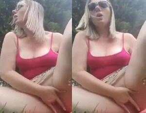 Loira se masturbando no meio do park