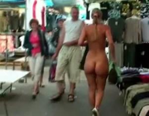 Ela fica nua em público no mercado de roupas