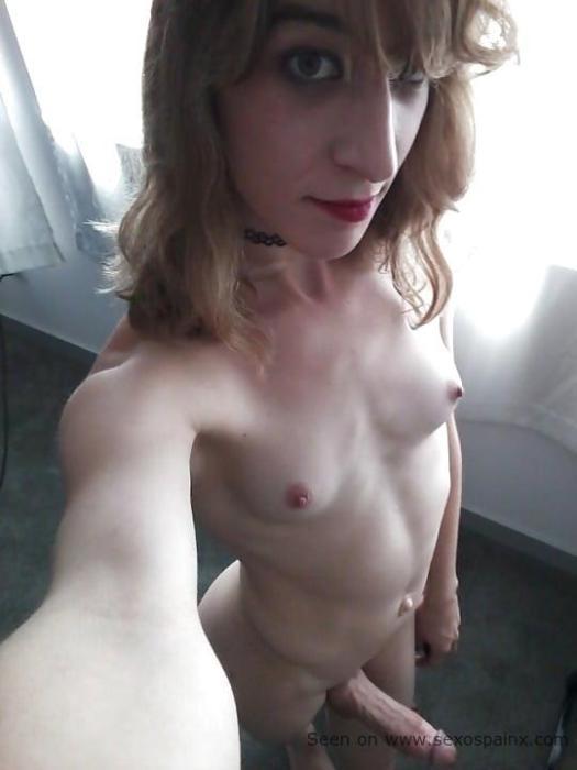 Hormonada travesti desnuda con un rabo inmenso y erguido